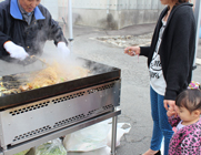 模擬店では、鉄板焼きで美味しい焼きそばを!!